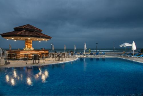 Pool, sea and bar A